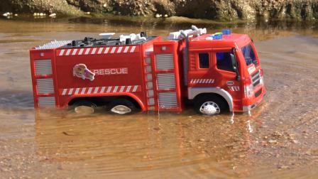 在水中穿越的工程车消防车 儿童玩具车汽车模型视频