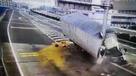货车叉路口 撞路牌杆 车头成两半