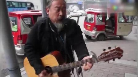 独腿大叔街头卖唱一曲《春天里》秒杀旭日阳刚, 歌曲到半瞬间感动