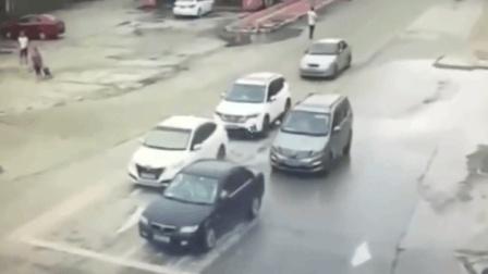 """5辆车路口等待信号灯, 不料等来的竟是""""死神""""! 监控拍下悲惨一幕"""