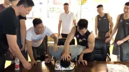 """易建联与生日蛋糕的全""""面""""接触"""