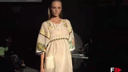 Sandra Aida 巴黎时装秀, 白色吊带连衣短裙, 超模俏丽时尚, 温婉动人