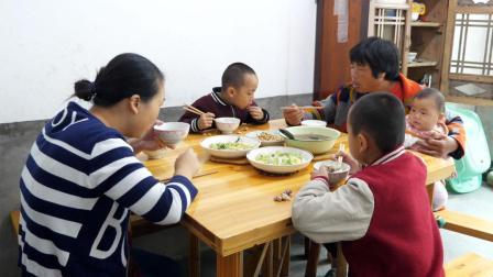 农村媳妇茶树菇炖排骨 孩子一上桌呼噜大口吃 真香