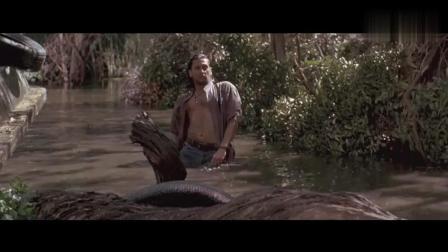 男子不慎跌入水中, 竟看见一条巨蟒盯着他