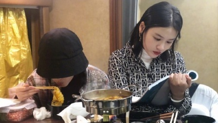 天猫双11狂欢夜 2018 周冬雨马思纯深夜相约吃火锅,一个忙工作一个吃的超香