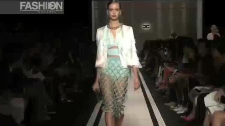 Mandy 巴黎时装秀, 白色服装前卫设计, 凸显超模身材完美, 美腿修长