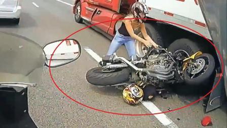 """外国小哥带女友公路骑摩托车, 偶遇卡车上演""""残酷大片"""", 看了都害怕"""