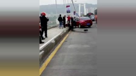 重庆万州大巴与车相撞坠入长江! 伤亡暂不明, 搜救船到达事发江面