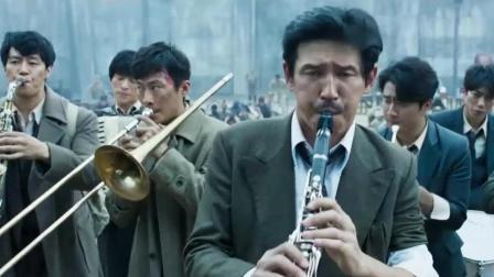 男子不想干活, 灵机一动, 拿出乐器吹了起来