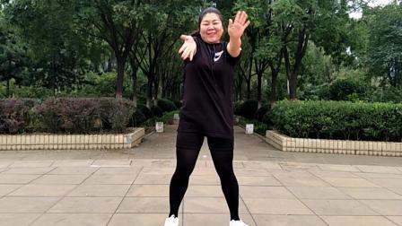 胖姐姐带来的又酷又拽的《英文歌》广场舞真好看