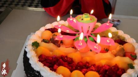 儿子过生日, 他请许多小朋友来家里吃蛋糕, 满屋子欢声笑语