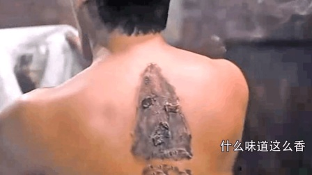 男子后背都被电熨斗烫熟了还感觉不到痛! 这可吓坏了表弟!
