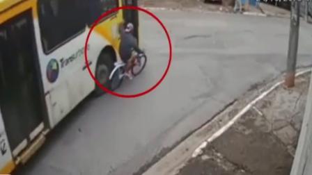 小伙骑单车扒公交 被卷入车底碾压身亡