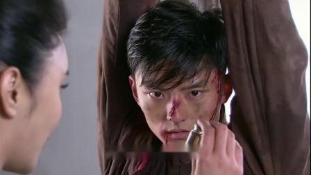 鬼子用绳子将战士吊起来,还想给他注射药品,真是够歹毒