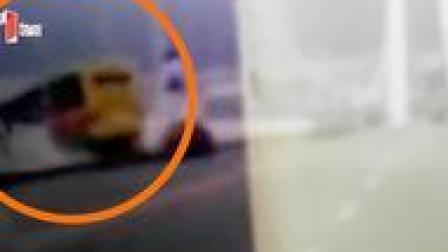 重庆万州公交车坠河瞬间画面曝光 行车记录仪记录下公交坠江时刻