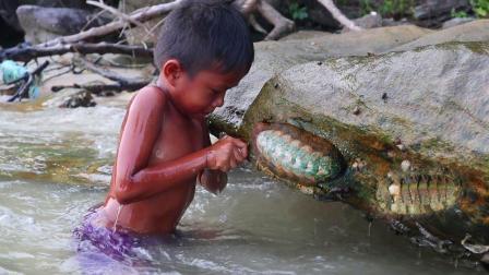 农村孩子的生活: 饿了, 海边寻找贝壳烤着吃, 尽享童年欢乐