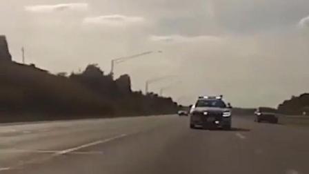 摩托骑士一阵狂飙 后面追击的警车连尾灯都看不到了
