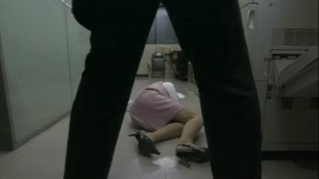 女员工正在公司加班, 老板突然了个回马枪!