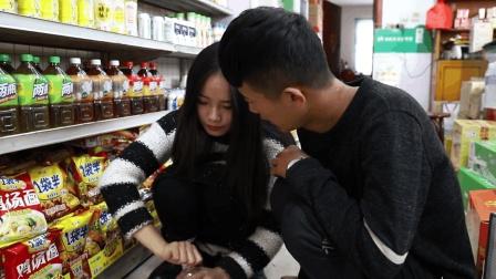 两二货超市偷饮料, 美女顺利过关, 小伙却被一眼看穿