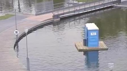 上个公共厕所, 出来发现厕所跑到湖中央, 游客内心崩溃了