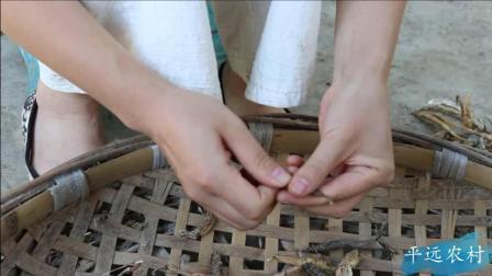 平远农村: 城乡差别完美的体现! 秋日的午后阳光依旧温暖, 搬一个椅子边沐浴阳光边剥豆子