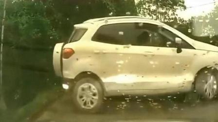 作死女司机倒车误入深沟, 连车带人瞬间消失, 监控拍下生死13秒!