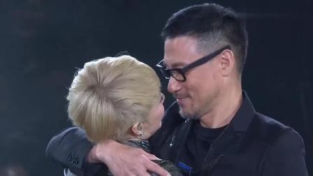 陈慧娴和张学友对唱《轻抚你的脸》, 最后相拥歌神一吻好温馨