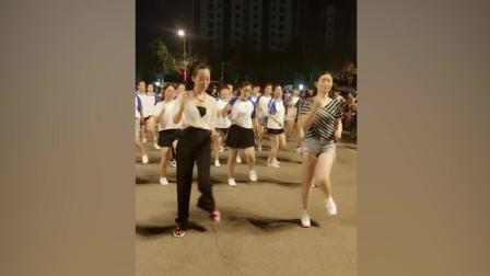 白衣美女穿衣打扮很有女人味 广场舞跳起更是有气质
