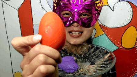 """妹子试吃""""鸡生蛋巧克力"""", 好有创意, 给我也来一份""""母鸡下蛋"""""""