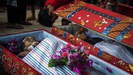 世界上最恐怖的节日: 为了纪念过世亲人, 挖出尸骨清理打扮