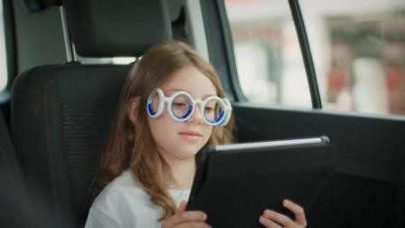 造型奇葩的眼镜, 靠蓝色液体防晕车, 怎么做到的?
