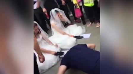 前任与现任穿婚纱街头争夫 男子做俯卧撑表歉意