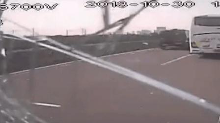 """可怕! 大巴高速行驶 一块木板砸来 司机""""救""""下一车人"""