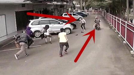 两男子骑摩托车打劫路人, 突然发现势头不对, 掉头就跑!