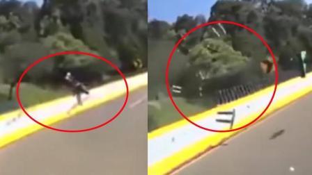 """摩托车手""""放飞自我""""被拍下撞像护栏的瞬间!"""