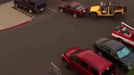 监控实拍: 苦等了半天的车位被抢, 越野车司机这样干真解气!