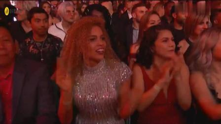 Kelly Clarkson表演单曲串烧, 唱得真好, 霉霉表情非常到位