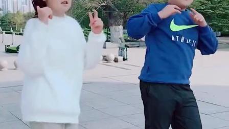两个孩子户外跳广场舞, 十分带劲, 情不自禁看了3遍!