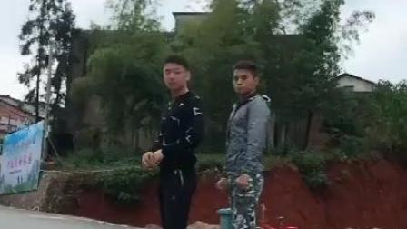 两帅哥街头表演才艺, 看完之后的第一反应是: 哇
