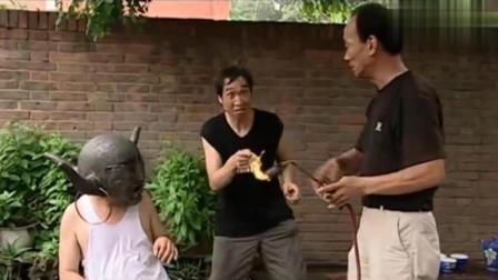 杨光头上被扣了一个大铁盔取不下来了, 条子找个师傅要用火喷子给烧开