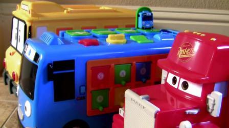 麦昆汽车运送各种奇趣蛋  小公交车太友玩具