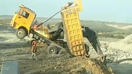 挖掘机拯救危险的卡车