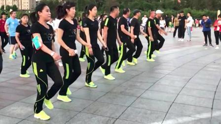 黑衣曳舞團鬼步舞 舞步簡單時尚 快跟著跳起來吧