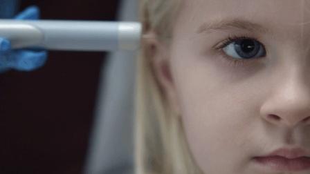 妈妈为保护女儿给她眼睛里装了监视器, 女儿成年后妈妈每天都看到她在做过份的事!