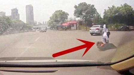 轿车把女孩剐蹭倒以后, 竟掉头就跑, 让人无语!