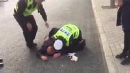 兰州女警花跪地救人视频刷屏,抬头一瞬间,网友大赞:最美警花