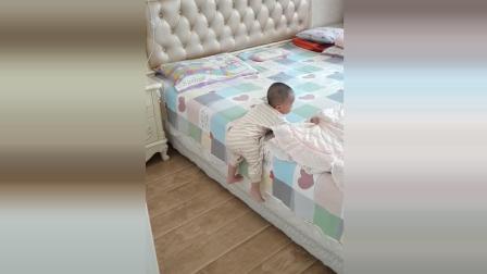 宝宝自己下床爬一半不动了, 接下来宝宝的反应太可爱了!