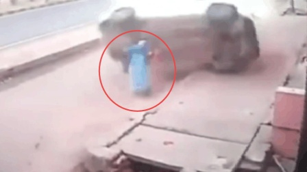 轿车失控急速翻滚 冲上人行道 砸倒路人