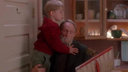 小鬼当家: 小孩被小偷抓住了, 被后面的爷爷救了!