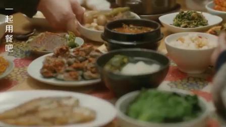 一起用餐吧: 这么大桌子菜, 看女子那吃相, 一个人吃完都没问题~